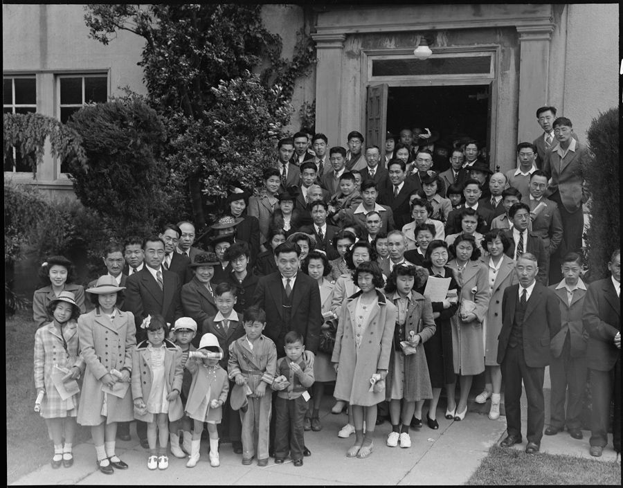 Oakland, Californie. Des membres de la Japanese Independent Congregrational Church assistent à la messe de Pâques avant leur déportation.