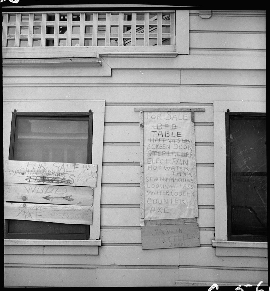 Sacramento, Californie. Les habitants du quartier japonais affichent à l'extérieur de leur habitation le mobilier à vendre avant leur expulsion.