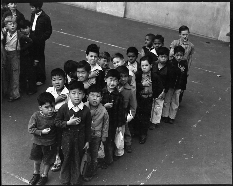San Francisco, Californie.  Les enfants de la Raphael Well Public School prêtent allégeance au drapeau américain. Les enfants issus de famille d'origine japonaise furent déportés avec leurs parents, et purent continuer leur éducation dans les centres.