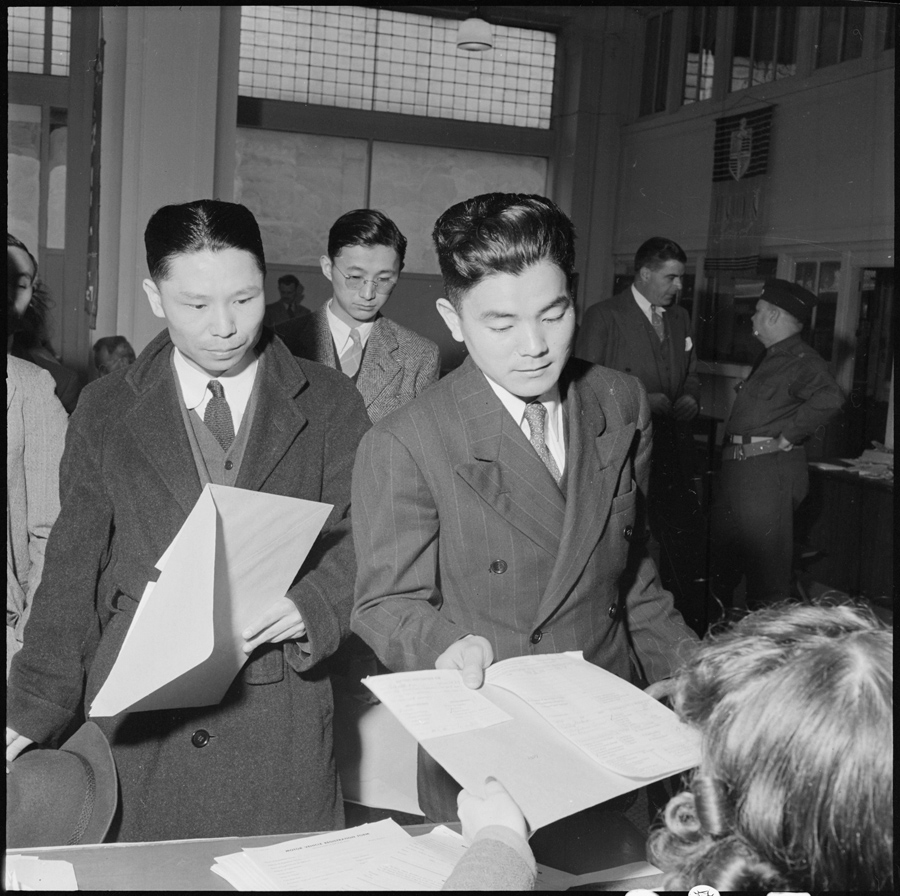 San Francisco, Californie. De jeunes hommes fournissent leurs informations personnelles, deux jours avant leur déportation, dans un centre de contrôle administratif.