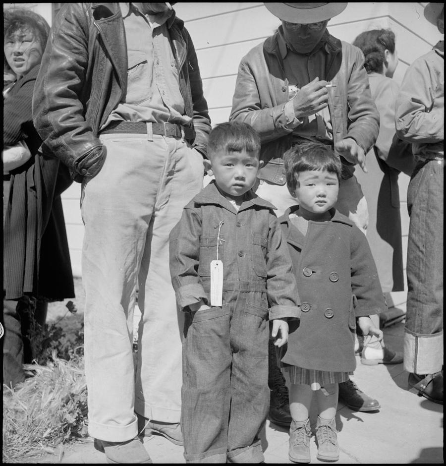 Turlock, Californie. Ces enfants viennent d'arriver au centre de rassemblement de Turlock. Sur la poitrine du plus vieux, on peut voir une étiquette de renseignements.