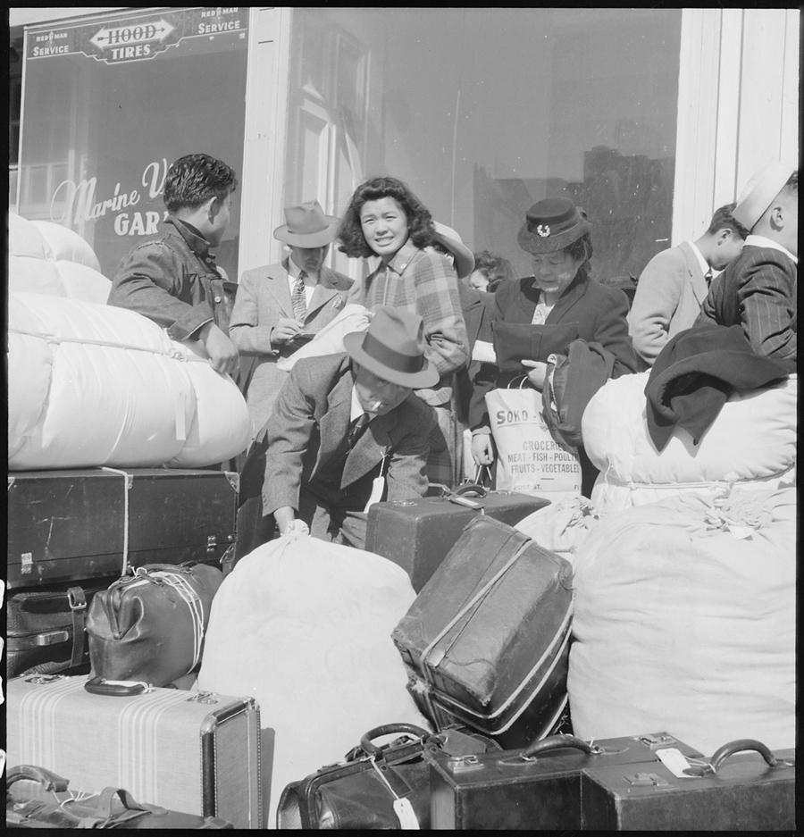 San Francisco, Californie. Des personnes attendent les bus qui les emmèneront au centre de Santa Anita Park. Ils seront ensuite déportés dans un des camps du pays.