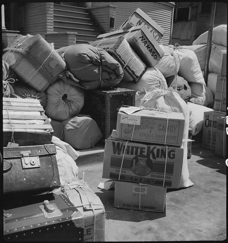 Bagages empilés sur le trottoir.