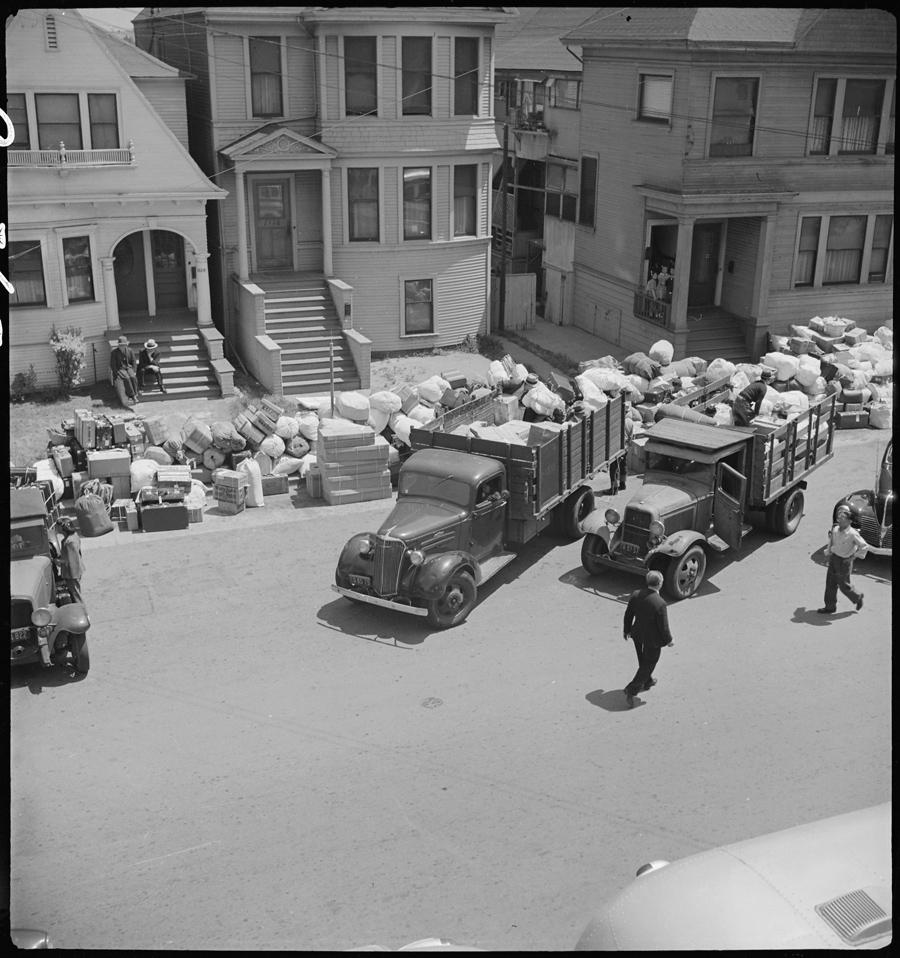 Oakland, Californie. Vue depuis une fenêtre du Wartime Civil Control Administration office (bureaux officiels de contrôle des civils en temps de guerre). Les camionnettes emportent les bagages des déportés.