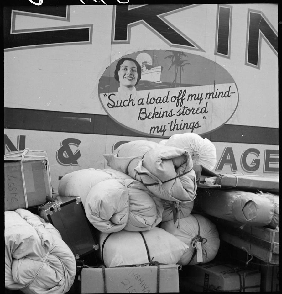Hayward, Californie. Bagages de déportés prêts à être chargés.