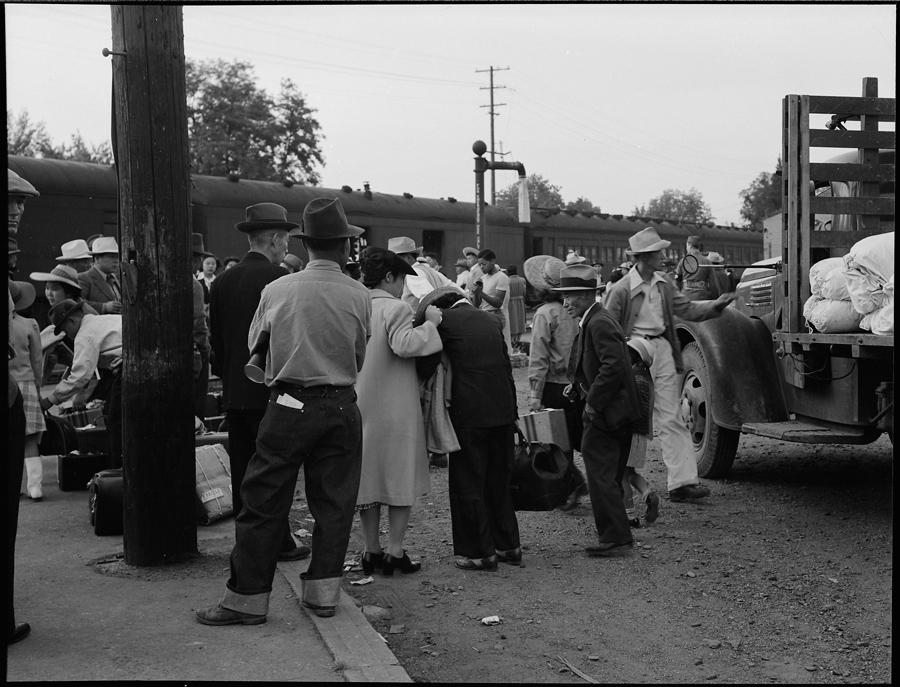 Woodland, Californie. Femmes attendant à la gare le jour de leur déportation. La femme au centre de l'image est une des rares exprimant ouvertement son chagrin.