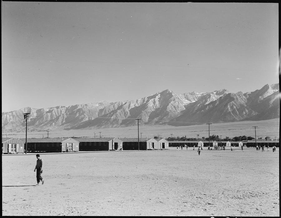 Centre de déportation de Manzanar, Californie. Vue des casernes destinées à héberger les déportés d'ascendance japonaise.