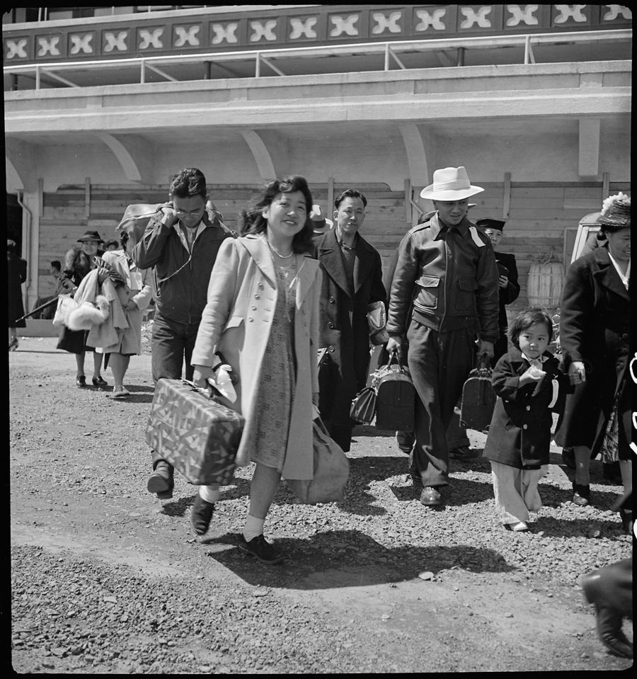 San Bruno, Californie. Des familles arrivent à un centre de rassemblement. Elles seront plus tard déportés dans un des centres.