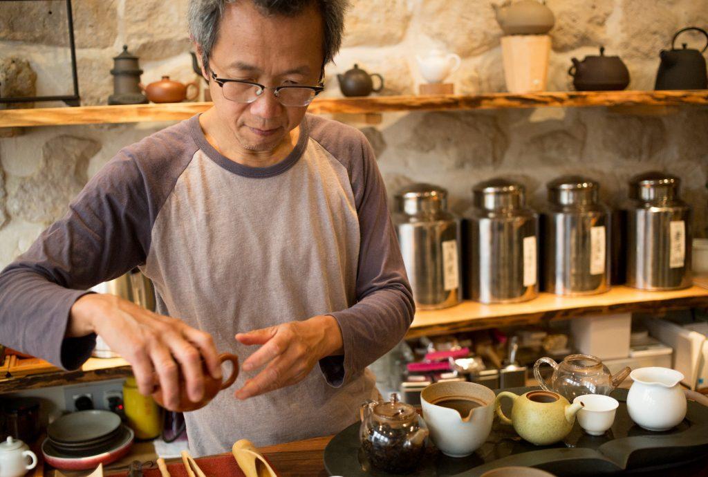 M. Chan et sa sélection de tasses et de théières ; certaines pièces ont été façonnées par des maîtres artisans, et sont désormais introuvables.