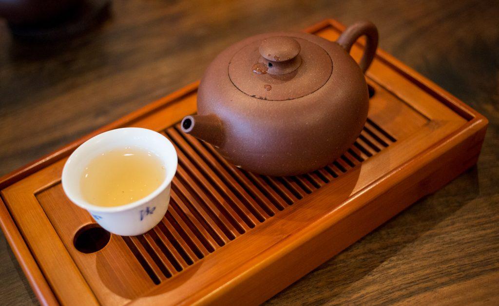 Un oolong tradition, présenté sur sa barque à thé.