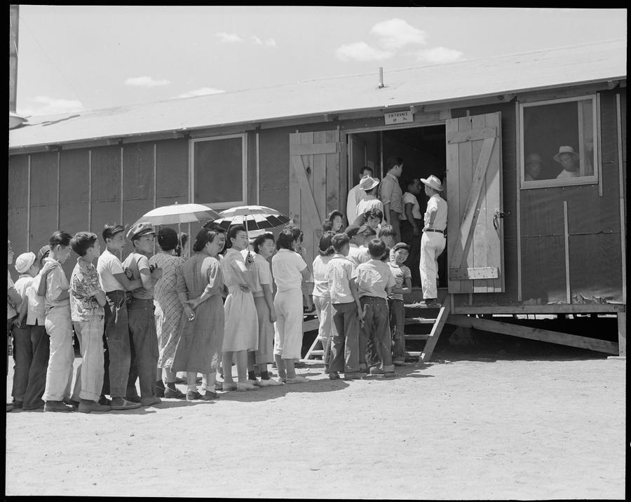 Centre de déportation de Manzanar, Californie. Des civils font la queue en attendant leur déjeuner.