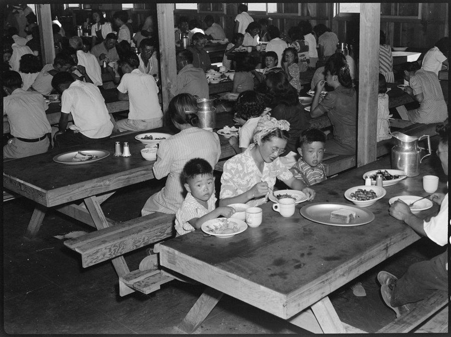 Centre de déportation de Manzanar, Californie. L'heure du déjeuner.