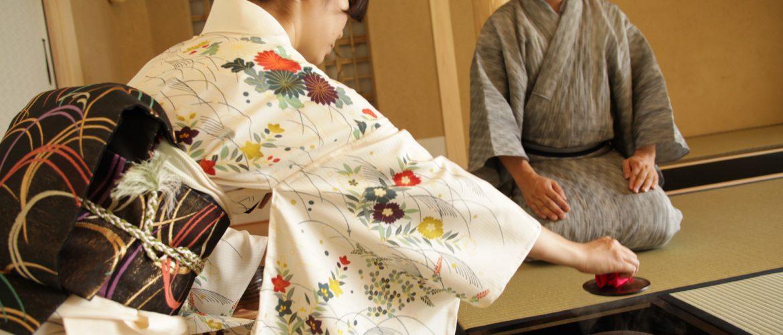 Une étudiante de la cérémonie du thé en train de pratiquer avec le maître.
