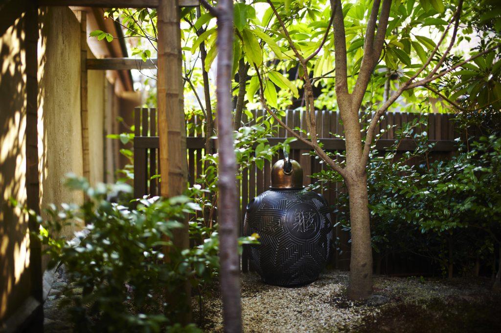 Le jardin de la maison de thé sert aussi de lieu d'exposition.