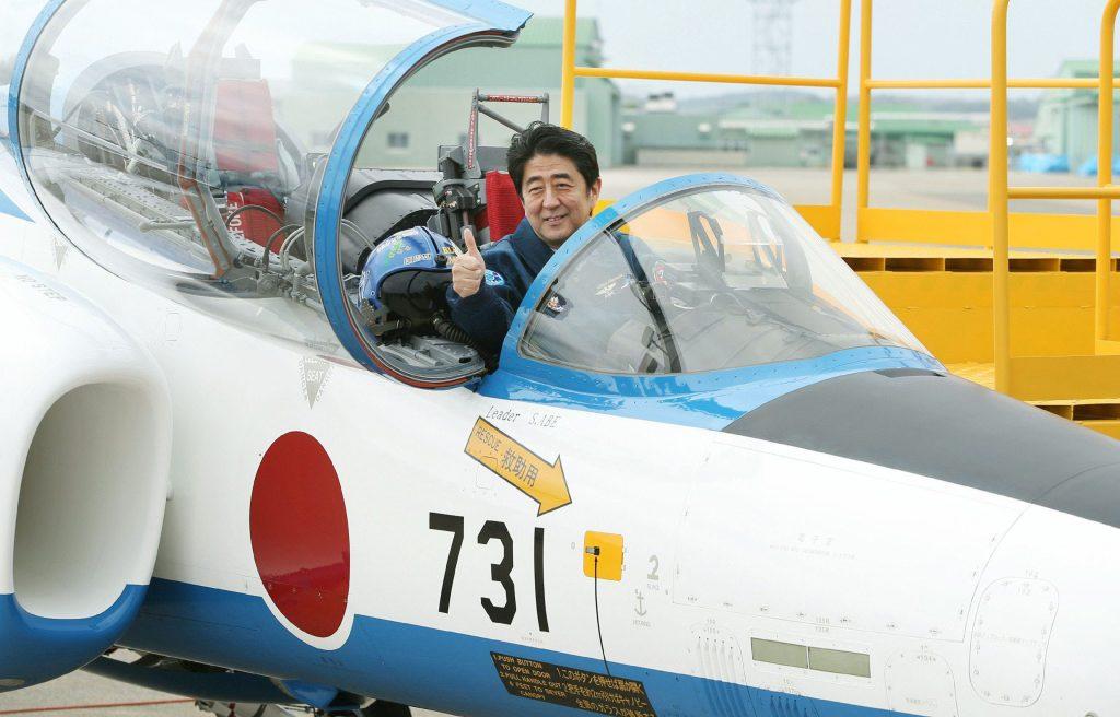 Le premier ministre Shinzo Abe, pris en photo en mai 2013 à bord d'un avion des forces d'auto-défense portant le numéro 731 sur le flanc. Certains y voient une référence à l'unité 731, connue pour ses exactions avant et pendant la seconde guerre mondiale (AFP PHOTO / JIJI PRESS JAPAN OUT).