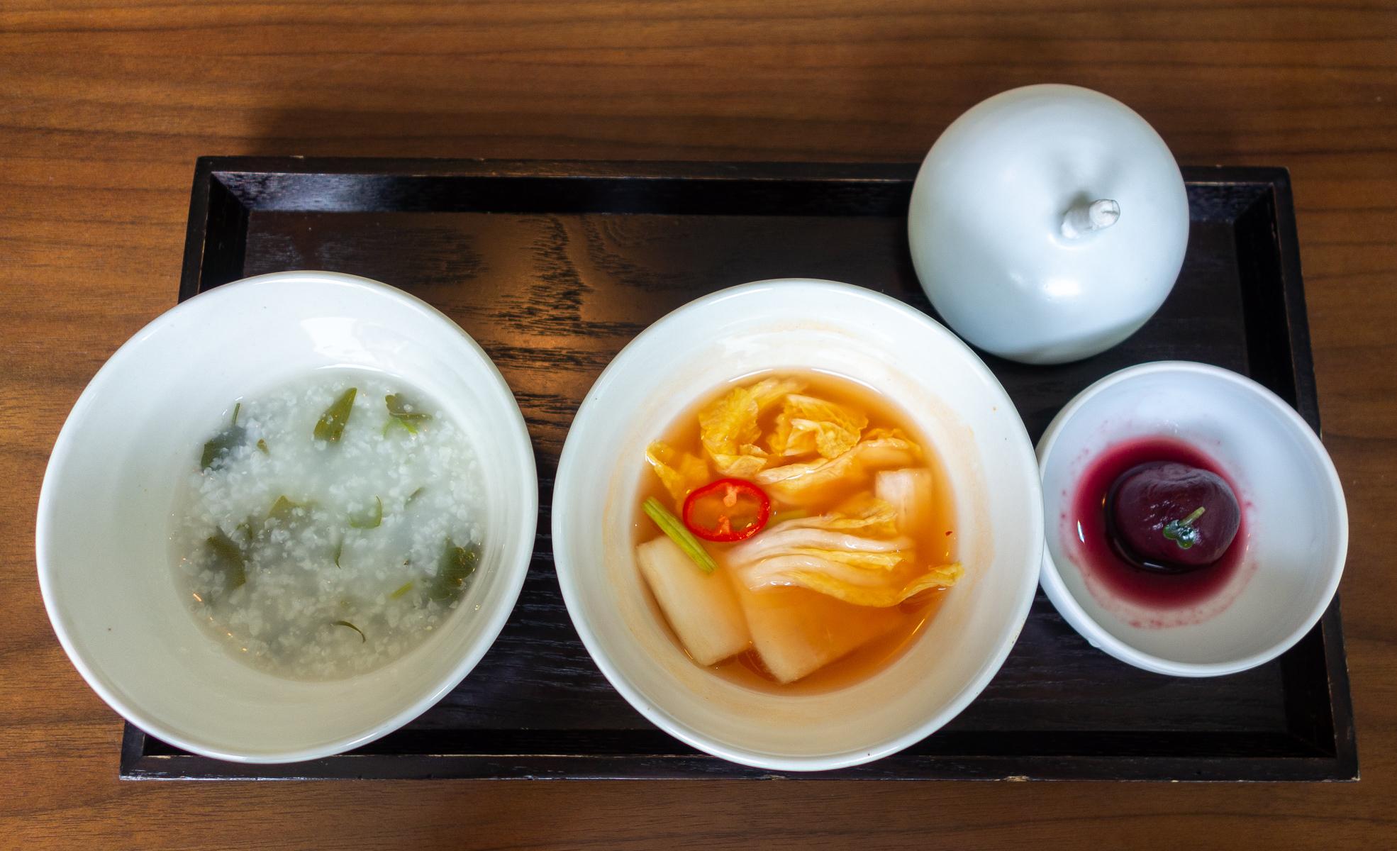 De gauche à droite : gruau de riz, chou chinois mariné et tomate cerise confite