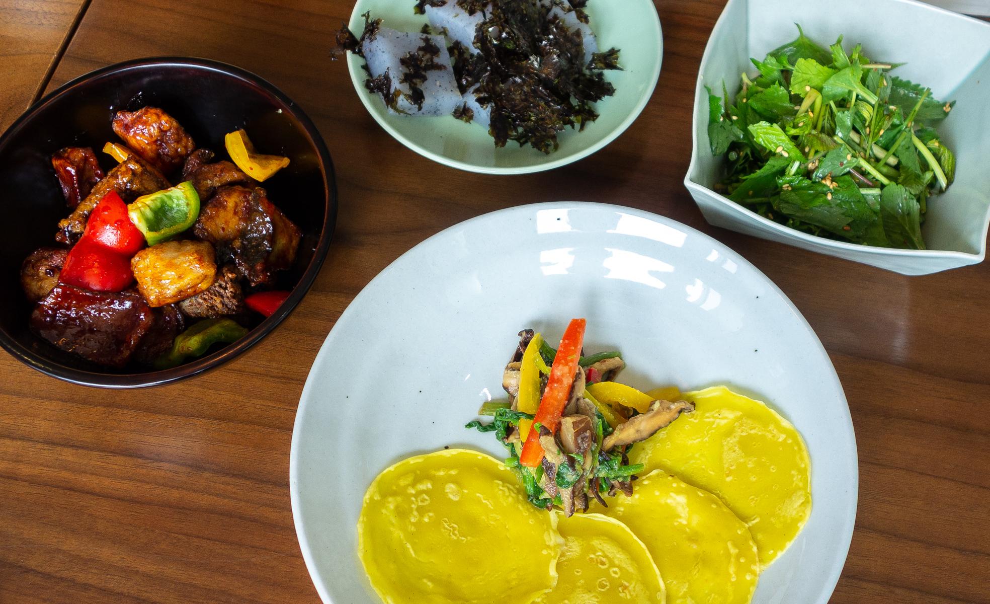 Champignons sautés à la sauce aigre-douce, gelée d'haricots mungo, salade de pousses, légumes et champignons accompagnés de crêpes