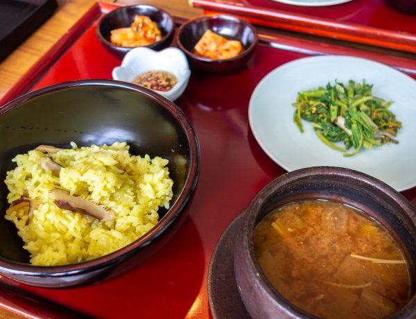 Riz aux champignons, kimchi, herbes de printemps et bouillon de pâte de soja.