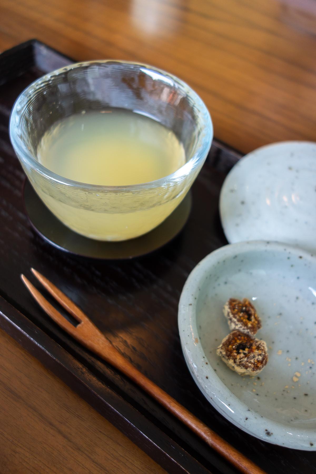 Décoction de kumquat et de riz, figue séchée à la poudre de soja.